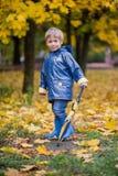 有伞的男孩 免版税库存图片