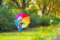 有伞的美丽的小女孩 库存图片