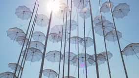 有伞的设施,希腊塞萨罗尼基沿海岸区 股票录像
