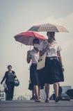 有伞的-街道画象,曼谷泰国两个女孩 库存照片