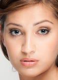 有伟大的皮肤的美丽的妇女 免版税库存照片