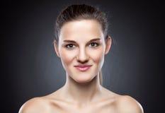 有伟大的皮肤脸色的年轻自然妇女 免版税库存图片