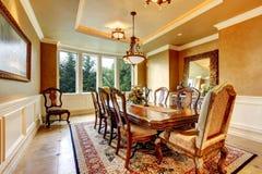 有伟大的装饰的典雅的dinning的室 免版税库存照片