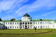 有伟大的建筑合奏的Kachanivka宫殿在明亮的天 库存照片