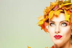 有传神面部特点的美丽的妇女在黄色槭树离开 图库摄影