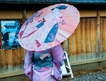 有传统伞的日本女孩 免版税库存照片