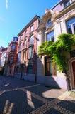 有传统佛兰芒建筑学的一条美丽如画的步行街道 安特卫普的历史部分 图库摄影