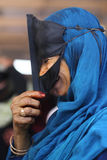 有传统屏蔽的微笑的回教妇女 库存照片