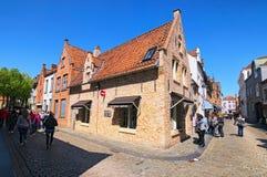 有传统房子的街道在老镇布鲁日 免版税库存照片