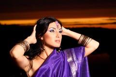 有传统方式的美丽的印第安妇女 库存照片