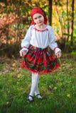 有传统服装的罗马尼亚女孩 免版税库存照片