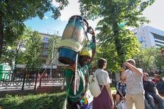 有传统橄榄球的塞内加尔鼓手在街道上打鼓 免版税库存照片