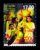 有传统灯笼的青年人, Vesak节日serie,大约1999年 免版税库存照片
