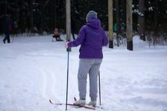 有传统老木滑雪的老滑雪者 库存图片