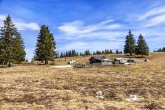 有传统老牧羊人村庄的风景高高山牧场地 库存图片