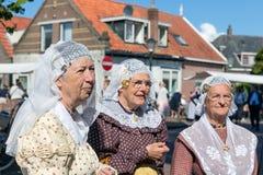 有传统衣物和头饰的荷兰妇女在地方市场 免版税库存图片