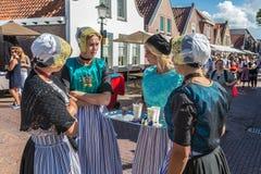 有传统衣物和头饰的荷兰妇女在地方市场 免版税库存照片