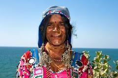 有传统衣裳和珠宝的印第安妇女 库存照片