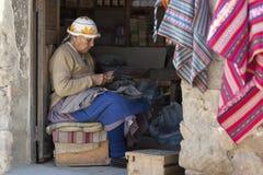 有传统部族衣物和帽子的未认出的土产当地盖丘亚族人的妇女,在Tarabuco星期天市场上,玻利维亚 免版税库存照片