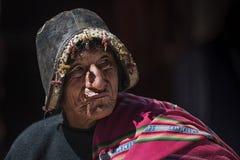 有传统部族衣物的未认出的土产Yampara人 库存照片