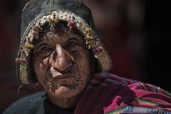 有传统部族衣物的未认出的土产Yampara人 免版税库存照片