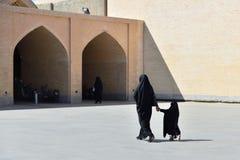 有传统chador的,伊朗回教妇女 库存照片