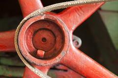 有传送带的红色飞轮 免版税库存照片