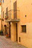 有传统历史的房子的美丽的狭窄的胡同Monte的 免版税库存图片