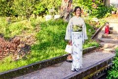 有传统和服的日本女孩在哲学家` s步行在京都,日本 免版税库存图片