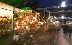 有传统圣诞节玩具和礼物的报亭 免版税图库摄影