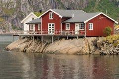 有传统小屋的典型的挪威渔村 免版税库存图片