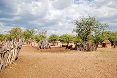 有传统小屋的Himba村庄在埃托沙国家公园附近在纳米比亚 免版税库存图片