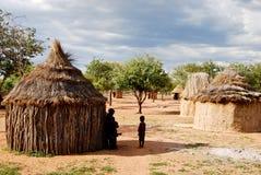 有传统小屋的Himba村庄在埃托沙国家公园附近在纳米比亚 免版税图库摄影