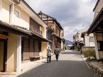 有传统日本房子的街道 免版税图库摄影