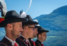 有传统服装的人在庆祝语科库领域的传统宗教队伍期间 免版税图库摄影