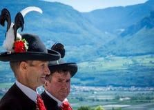 有传统服装的人在庆祝语科库领域的传统宗教队伍期间 库存图片