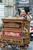 有传统比利时手摇风琴的老人,在一条街道上在Bru 免版税库存图片