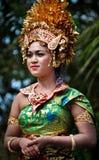 有传统礼服的巴厘语女孩 免版税库存图片