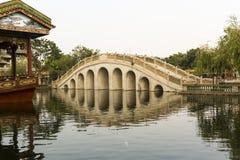 有传统设计和样式的中国曲拱桥梁在东方样式在古典庭院里在中国 库存照片