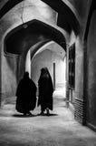 有传统chador的回教妇女在街道上 免版税库存照片