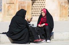 有传统chador的回教妇女在街道上 库存图片