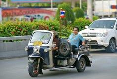 有传统tuk-tuk的未认出的游人在泰国 库存照片