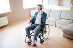 有伤残的年轻学生坐在轮椅和谈话在电话 : 有包括的人 免版税库存照片