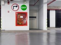有位于在停车场的防火梯门的灭火器的各种各样的类型的灭火器 免版税库存照片
