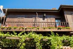 有位于市的很多绿色植物的老木房子索佐波尔,保加利亚 免版税库存照片