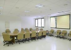 有位子和桌的会议室 免版税库存图片