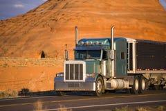 有低大块的经典大船具半卡车盖了半拖车tr 库存图片