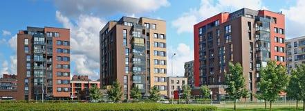 有低成本公寓的新的现代标准模件红色房子 库存图片