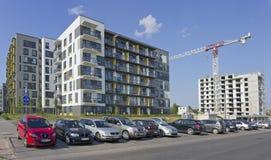 有低成本公寓建筑的新的标准模件房子 库存图片