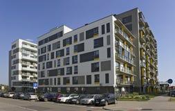 有低成本小型公寓的新的标准模件房子 免版税库存图片